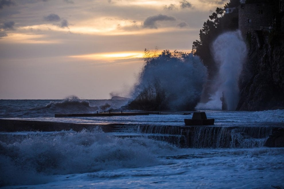 Positano, onde fino a tre metri: lo spettacolo del mare in tempesta