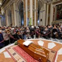 Bomba carta a onoranze funebri ad Acerra, vicino al Duomo dove c'è la salma di Don Riboldi