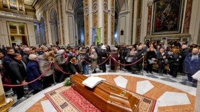 Bomba carta a onoranze funebri, vicino  al Duomo dove c'è la salma di Don Riboldi