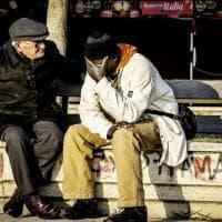 Salerno, l'integrazione in uno scatto: l'anziano consola il giovane migrante