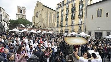 """Forni e pizze gratis in piazza del Gesù      /Foto          per celebrare il riconoscimento Unesco        /Vd       Caso Galbani, i pizzaioli: """"Scuse accettate"""""""