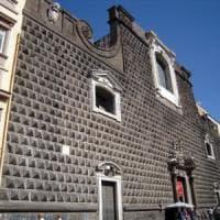 Chiesa del Gesù, cade un vetro dalla facciata: ferito un turista