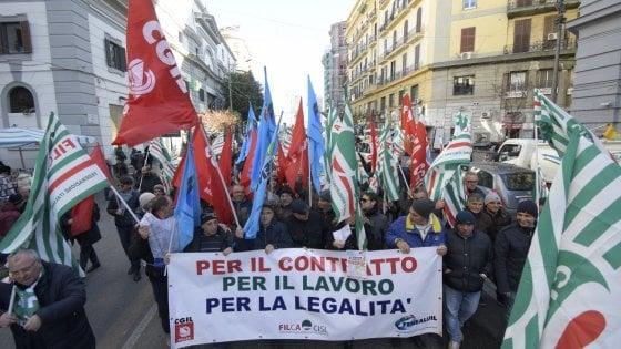 """Lavoratori edili,  in tremila in piazza a Napoli: """"Vogliamo più legalità nei cantieri"""""""