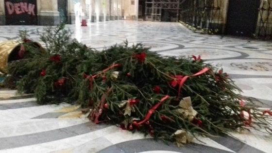Napoli, vandalizzato nella notte l'albero di Natale in Galleria Umberto