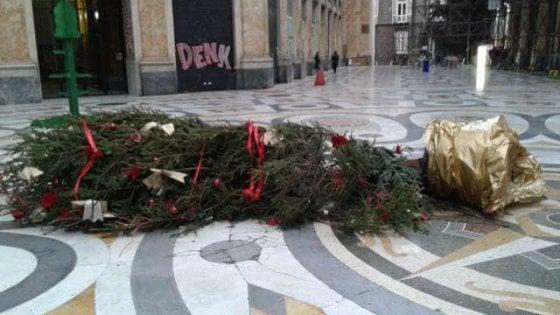 Napoli, l'albero di Natale nella Galleria Umberto vandalizzato anche questa notte: tre volte in pochi giorni