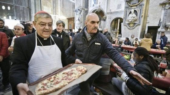 Nel duomo di Napoli pranzo con pizze e panuozzi per 600 poveri