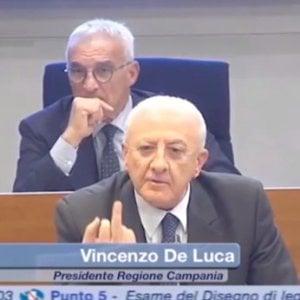 """Regione, protesta dei Cinque stelle: """"De Luca mostra il dito medio"""""""