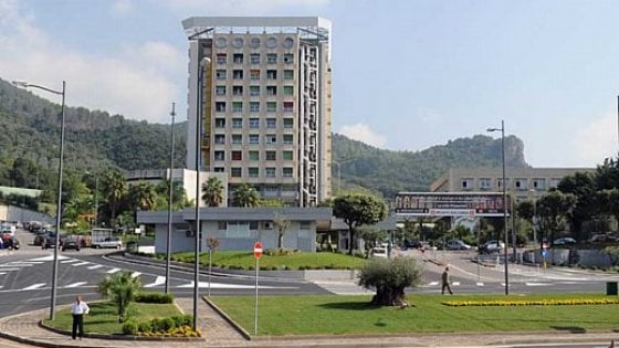 Sette indagati per la morte di un tredicenne al Ruggi di Salerno. Oggi l'autopsia