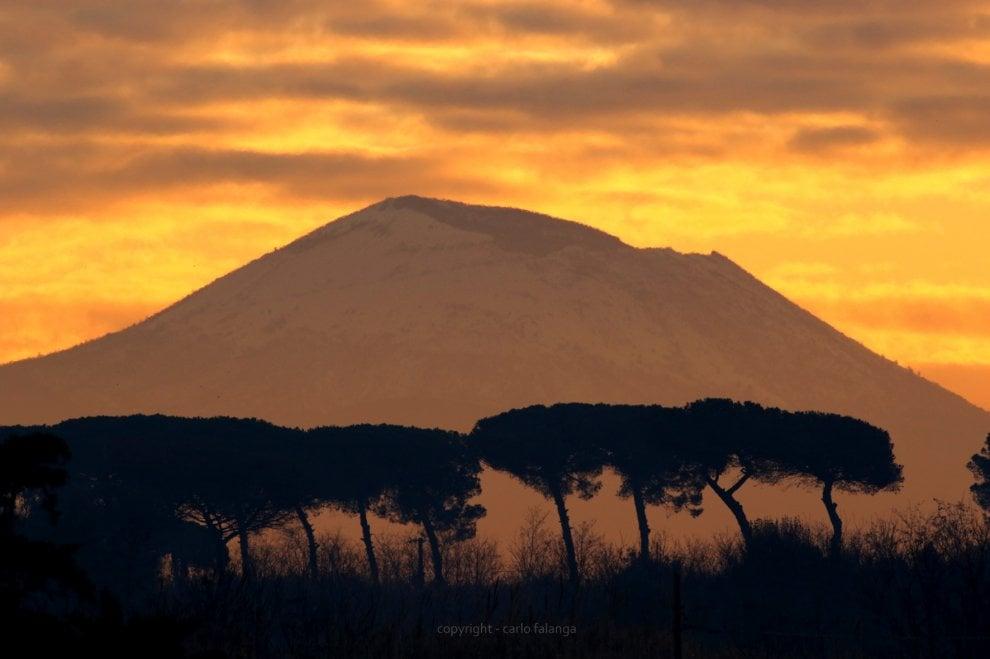 Alba dal lago Patria, il Vesuvio come in un paesaggio africano