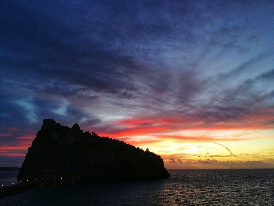 Ischia, l'incanto della prima alba dell'anno alle spalle del castello