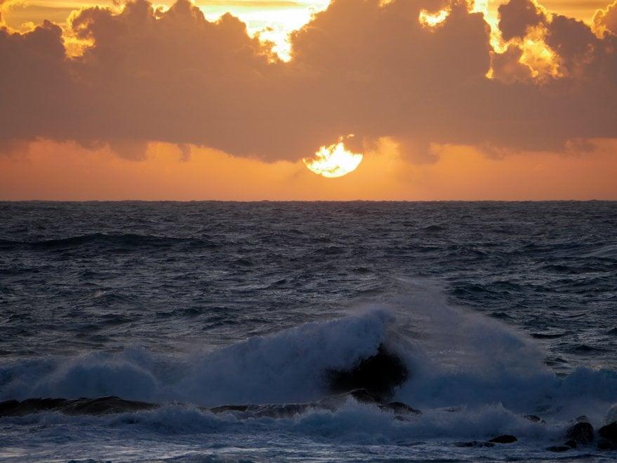 Forio, spettacolo al tramonto: il sole scompare tra le onde