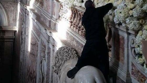 Un addobbatore sale su un leone della Reggia di Caserta: polemiche dopo le nozze da favola