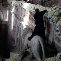 Un addobbatore sale su un leone della Reggia di Caserta: polemiche dopo
