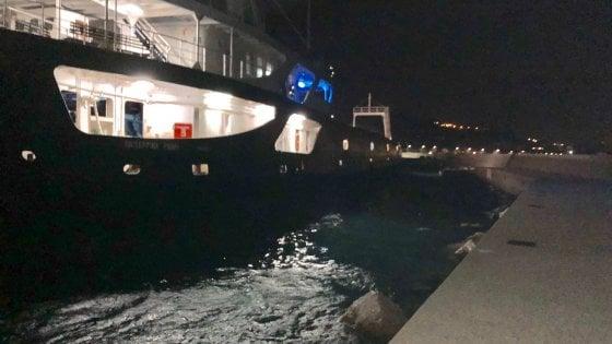 Ischia, paura nella notte: traghetto si incaglia sul fondale del porto