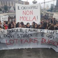 Liceo Caccioppoli, studenti e genitori in piazza dopo i raid dei vandali