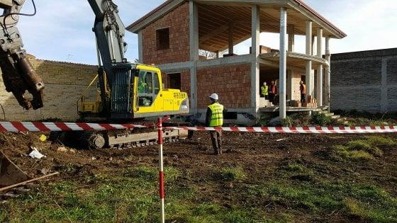 Abusivismo, interviene la procura: due immobili abbattuti a Casal di Principe e a Caserta