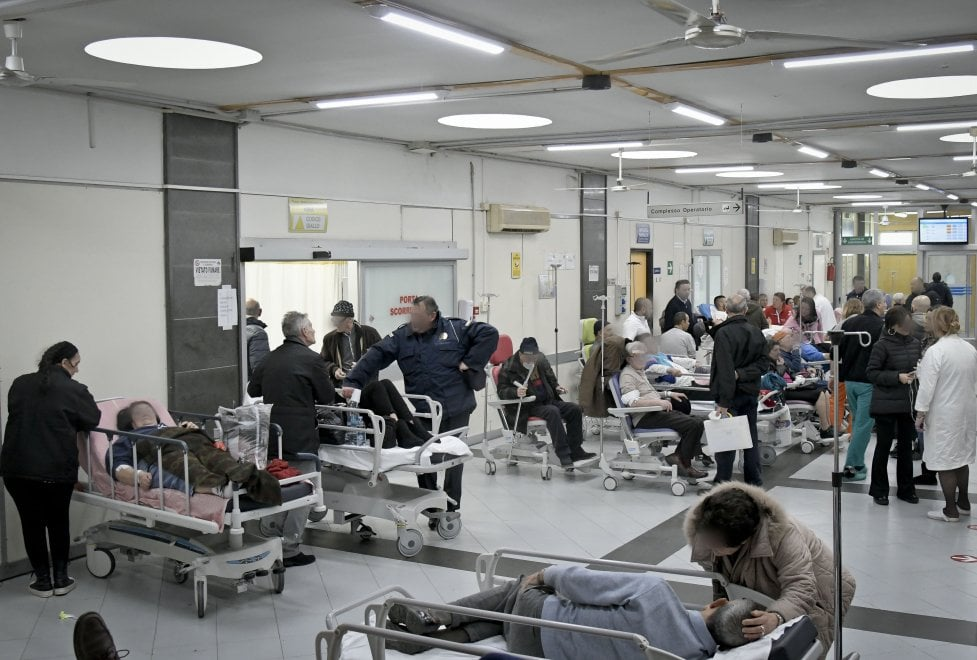 Cardarelli, boom di barelle: è di nuovo emergenza
