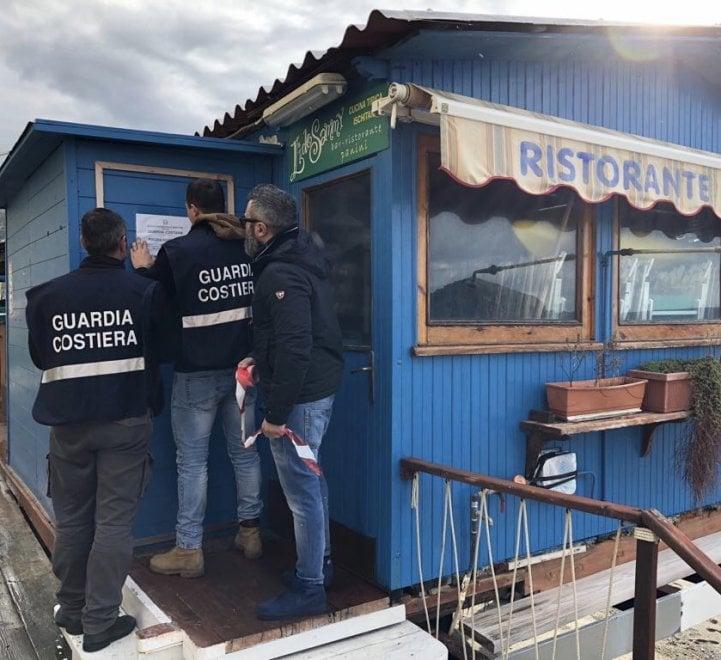 Occupazione abusiva a Ischia, sigilli a quattro strutture balneari dei Maronti