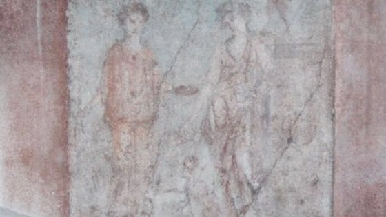 """Pompei, Osanna denuncia: """"Sfregiato l'affresco di Bacco e Arianna"""". Indagano i carabinieri"""