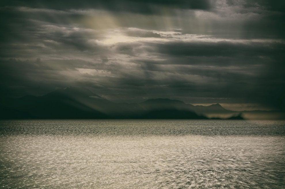 Raggi di sole tra le nuvole, da via Caracciolo la Costiera come i fiordi