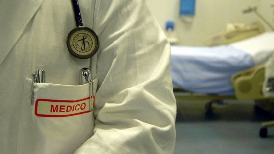 Ricevono compensi da centri privati, l'Asl Napoli 2 blocca il contratto con quattro medici