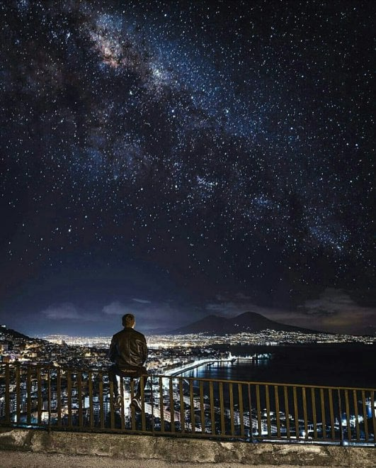 Vesuvio e cielo stellato: tutto l'incanto di Napoli