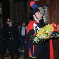 Il generale Tomasone depone una corona di fiori sulla tomba di Salvo D'Acquisto