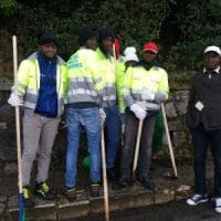 Potenza, i migranti ripuliscono le strade della città