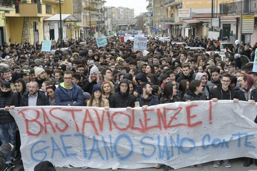 Scampia, cinquemila ragazzi in piazza contro le baby gang