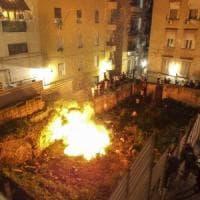 Napoli, roghi di Sant'Antonio: sassi da ragazzi contro le forze dell'ordine