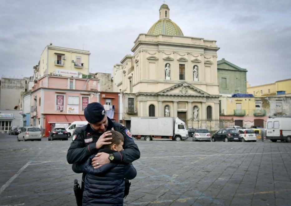 Napoli, lancio di molotov per accendere i roghi: abbraccio tra carabinieri e ragazzi