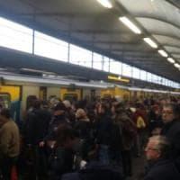 Metro, corse ridotte. Treni fermi a Dante per ordine pubblico per 4 ore. Passeggeri in attesa sulle banchine