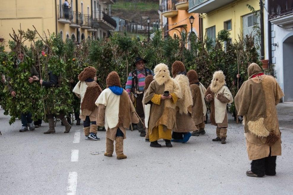 Il Carnevale di Satriano e la tradizione degli uomini ricoperti di edera