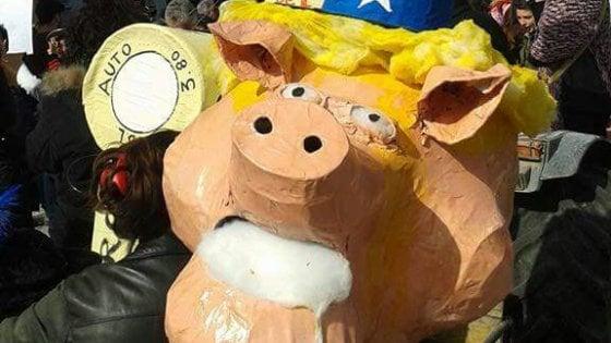 Scampia, Trump ha il volto di un maiale sul carro di Carnevale del Gridas