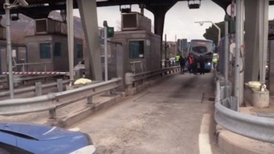 Incredibile ad Avellino: bus di linea perde due ruote, nessun ferito