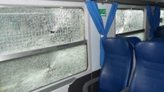 Baby-gang sui treni nel Casertano,in 10 giorni danni a 7 vetture. Capotreno aggredito e derubato