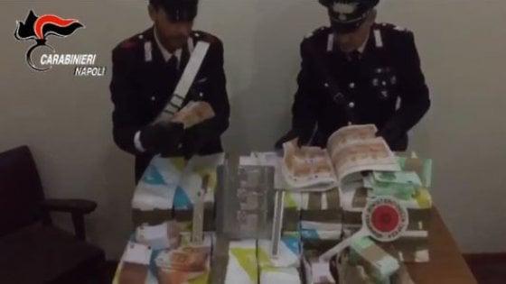 Torre del Greco, scoperta 'stamperia' clandestina con 41 milioni di euro falsi: un arresto