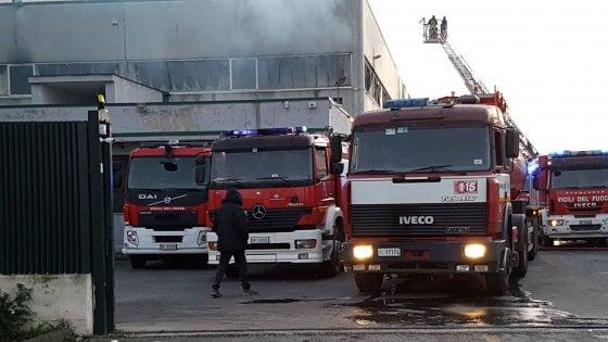 Brucia capannone nella zona industriale di Gricignano. In fumo tonnellate di pellami, cartoni e plastiche