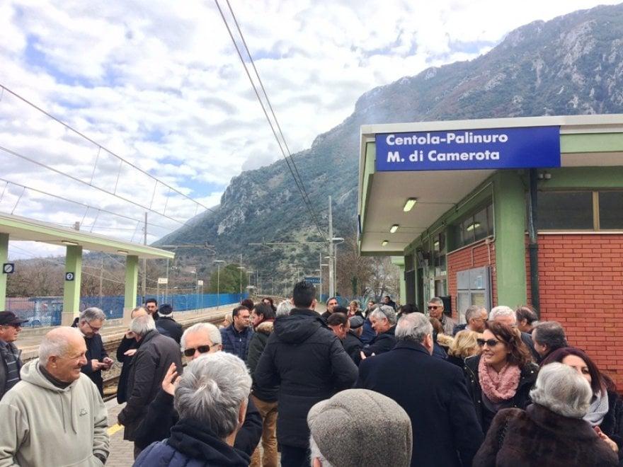 La stazione di Centola cambia nome, applausi e commozione lungo i binari