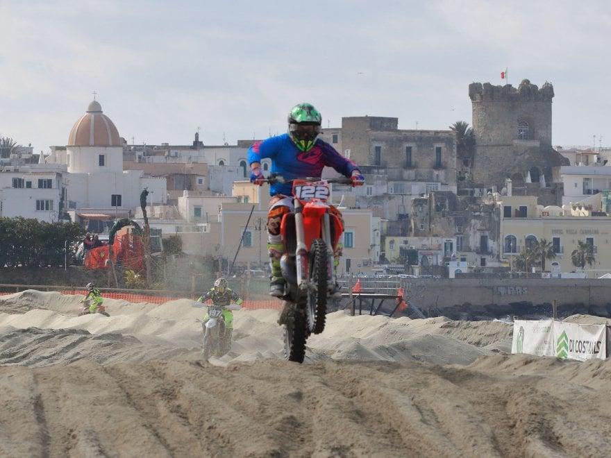 Ischia Mare Cross, lo spettacolo del motocross sulla spiaggia di Forio