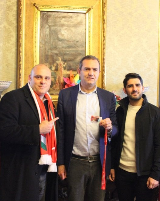 De Magistris riceve la tessera numero 1 della scuderia Ferrari Club Napoli