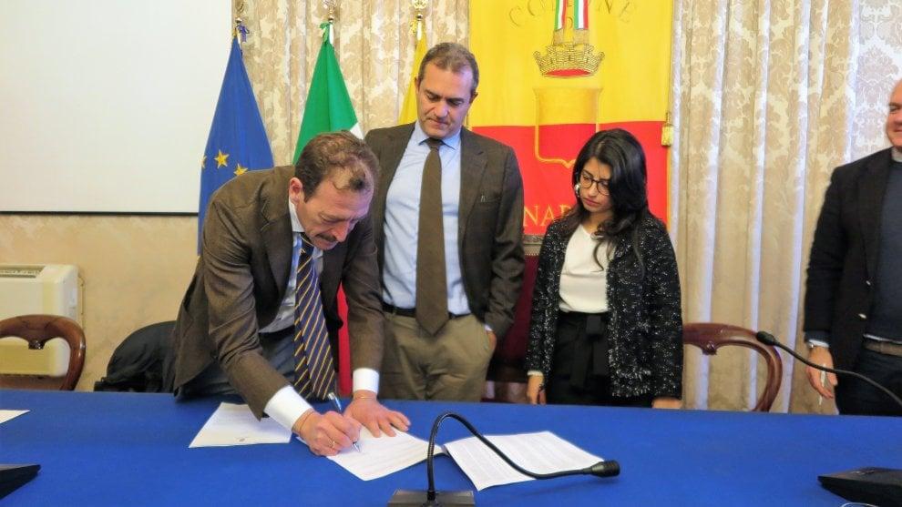Luigi de Magistris firma il protocollo d'Intesa con l'Ordine degli avvocati
