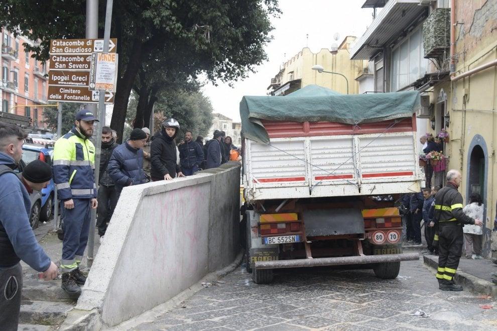 Schiacciato dal suo camion, muore un uomo a Napoli