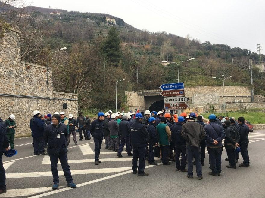 Castellammare, operai Fincantieri protestano. Bloccata la galleria per Sorrento