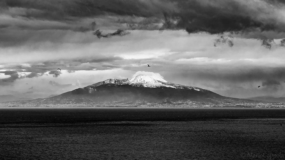 Vesuvio Tra Neve E Suggestione Da Capri Una Cartolina In Bianco E