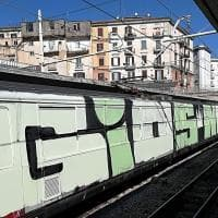 Circum, treno in sosta ricoperto di graffiti