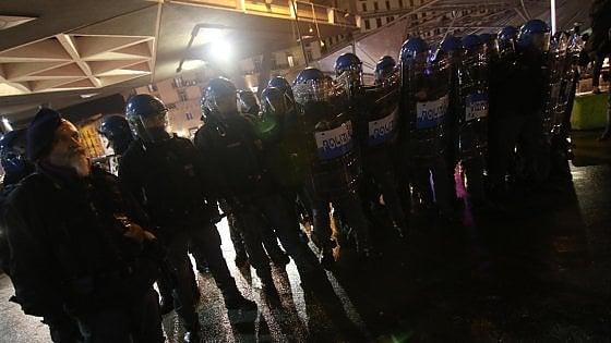 Protesta dei centri sociali contro Casapound. Scontri con la polizia vicino alla stazione di Napoli