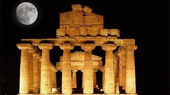 """Al via """"M'illumino di meno"""": la suggestione di Paestum illuminata solo dalla luna e dalle stelle"""