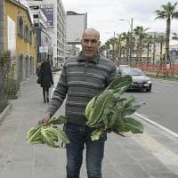 """Mustafa, agricoltore in via Marina: """"Il mio orto urbano in mezzo al caos"""""""