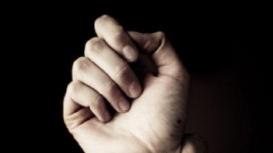 Napoli, botte e ustioni: 14ennne gay denuncia mesi di violenze in famiglia